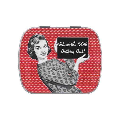 mulher dos anos 50 com um sinal latinhas mint to be