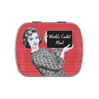 mulher dos anos 50 com um sinal latinhas de jelly beans