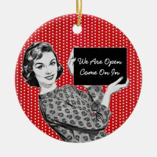 mulher dos anos 50 com um sinal ornamento de cerâmica redondo