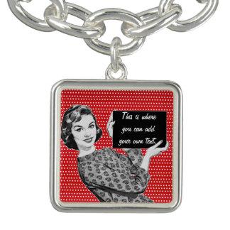 mulher dos anos 50 com um sinal braceletes