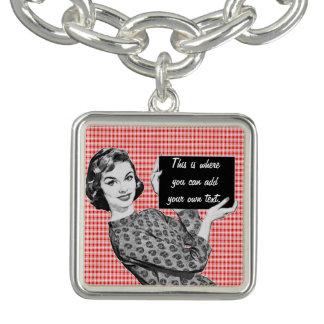 mulher dos anos 50 com um sinal bracelete com pingente