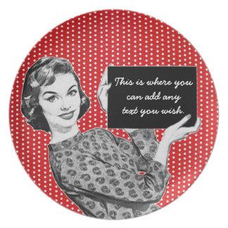 mulher dos anos 50 com um sinal pratos
