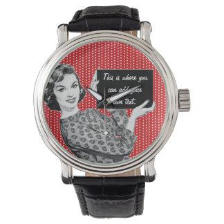 mulher dos anos 50 com um sinal relógios