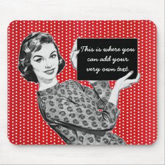 mulher dos anos 50 com um sinal mousepad