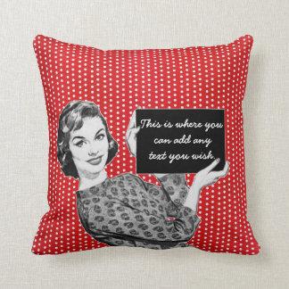mulher dos anos 50 com um sinal travesseiro de decoração