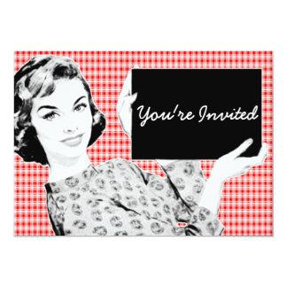 mulher dos anos 50 com um sinal V2 Convite 12.7 X 17.78cm