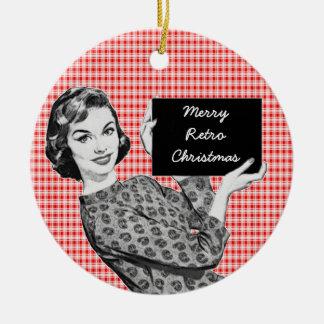 mulher dos anos 50 com um sinal V2 do Natal Ornamento De Cerâmica Redondo