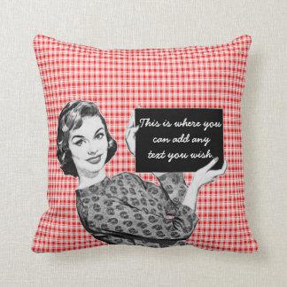 mulher dos anos 50 com um sinal V2 Travesseiro De Decoração