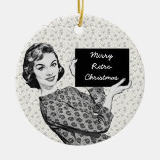 mulher dos anos 50 com um sinal V3 do Natal Ornamento De Cerâmica Redondo