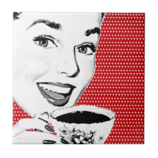mulher dos anos 50 com um Teacup Azulejo Quadrado Pequeno