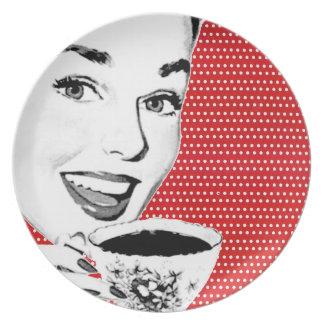 mulher dos anos 50 com um Teacup Pratos