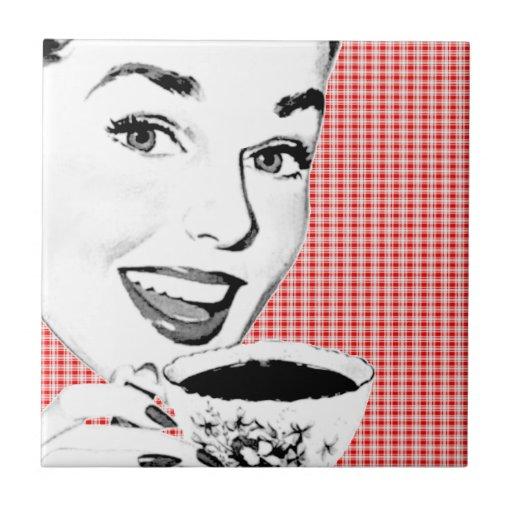 mulher dos anos 50 com um Teacup V2 Azulejo