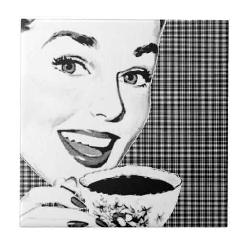mulher dos anos 50 com um Teacup V3 Azulejo De Cerâmica