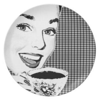 mulher dos anos 50 com um Teacup V3 Pratos