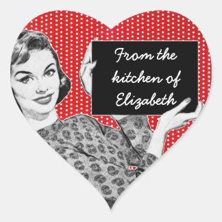 mulher dos anos 50 com uma cozinha do sinal adesivo coração