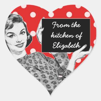 mulher dos anos 50 com uma cozinha do sinal adesivo em forma de coração