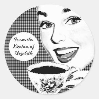 mulher dos anos 50 com uma etiqueta da cozinha do adesivo