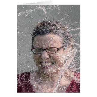 Mulher espirrada com o cartão vazio da água