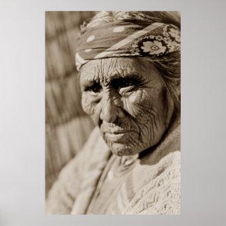 Mulher idosa do nativo americano da mulher de Klam Poster