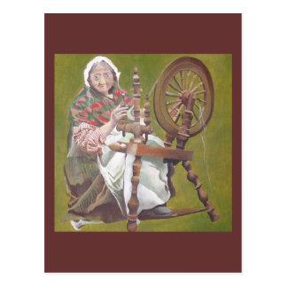 Mulher irlandesa idosa que senta-se na roda de cartão postal