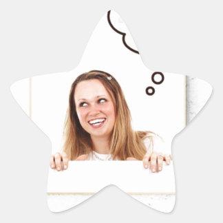 Mulher loura que pensa no conselho branco adesivo estrela