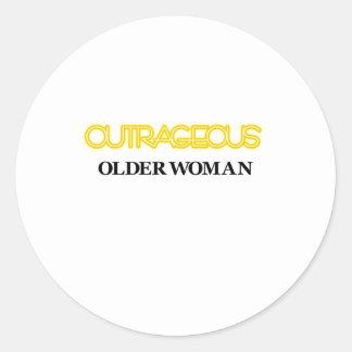 Mulher mais idosa ultrajante adesivo em formato redondo
