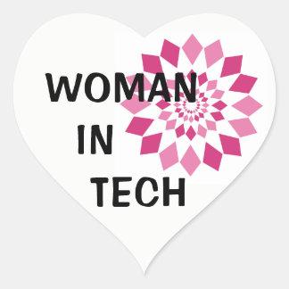 Mulher na etiqueta do coração da tecnologia