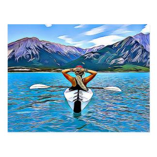 Mulher que Canoeing ou que kayaking pelo cartão do