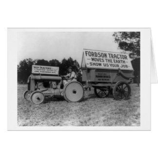 Mulher que conduz a fotografia do trator de Fordso Cartão Comemorativo