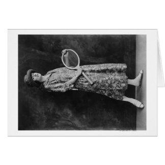 Mulher que levanta com a fotografia da raquete de cartão comemorativo