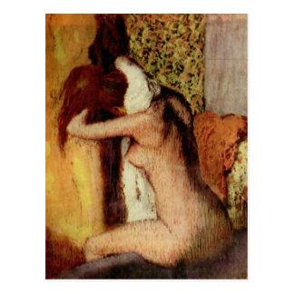 Mulher que seca seu pescoço cartão postal