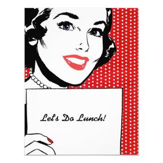 Mulher retro com um almoço do sinal convite