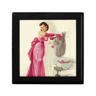 Mulher retro dos anos 50 com rosas estojo para jóias