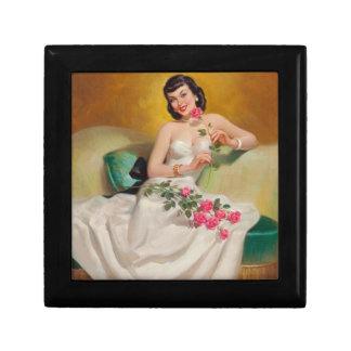 Mulher retro dos anos 50 com rosas caixa de presente