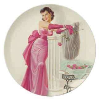 Mulher retro dos anos 50 com rosas pratos