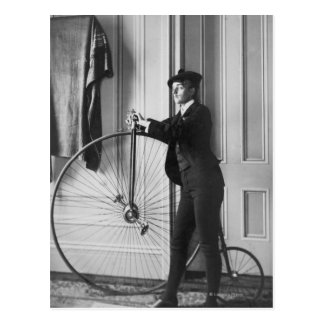 Mulher vestida como o homem com bicicleta cartões postais