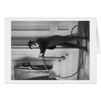 Mulher vestida como o homem com fotografia da bici cartão comemorativo