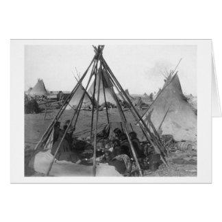 Mulheres e crianças de Oglala dentro do Tipi Cartao