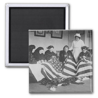 Mulheres idosas da foto que fazem a bandeira ameri ímã quadrado