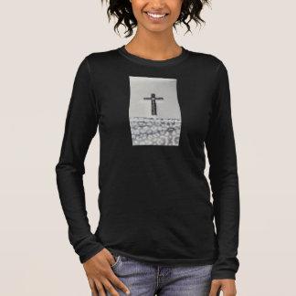 Mulheres longas transversais pretas da camisa da