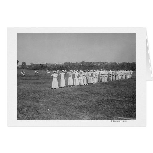 Mulheres na fotografia da reunião do tiro ao arco cartoes