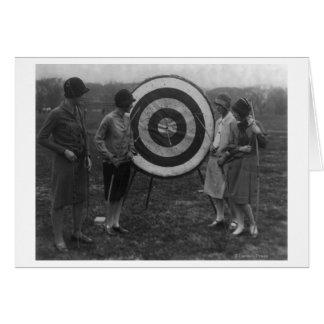 Mulheres que examinam a fotografia do alvo do tiro cartão comemorativo