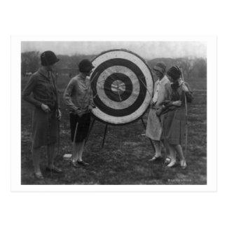 Mulheres que examinam a fotografia do alvo do tiro cartoes postais