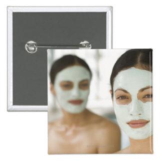 Mulheres que sorriem em máscaras da lama da beleza bóton quadrado 5.08cm