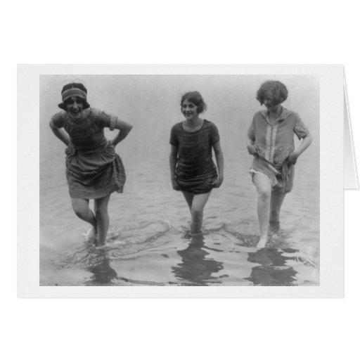 Mulheres que vadeiam na fotografia da praia de Arl Cartao