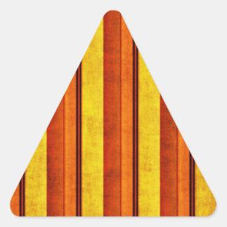 Multi etiqueta listrada afligida colorida do adesivo triângulo