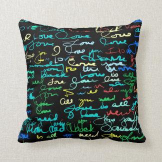 Multi palavras coloridas do amor em grafites almofada