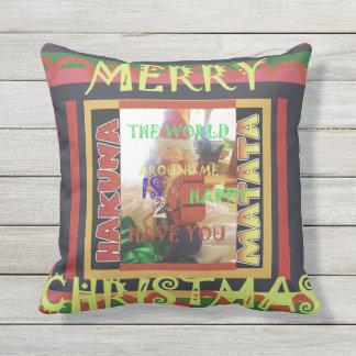 Mundo bonito do Feliz Natal de Hakuna Matata em Almofada Para Ambientes Externos