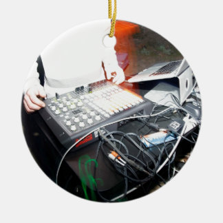 Música de mistura de EDM DJ em uma mostra Ornamento De Cerâmica Redondo