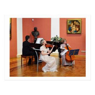 Música em um salão grande do russo cartao postal